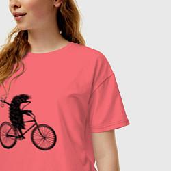 Футболка оверсайз женская Ежик на велосипеде цвета коралловый — фото 2