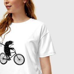 Футболка оверсайз женская Ежик на велосипеде цвета белый — фото 2