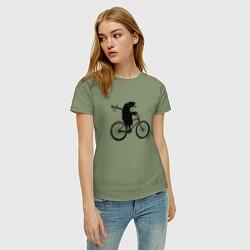Футболка хлопковая женская Ежик на велосипеде цвета авокадо — фото 2