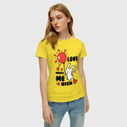 Футболка хлопковая женская Love makes me high цвета желтый — фото 2